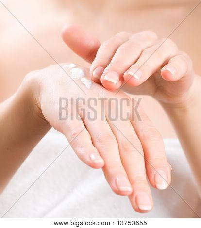 Mujer aplicar Crema hidratante para las manos después del baño.Concepto de cuidado de la piel