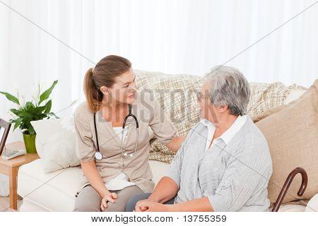 Enfermera hablando con su paciente en el hogar