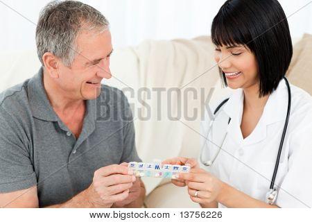 Enfermera píldoras mostrando a su paciente