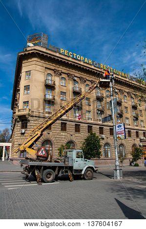 VOLGOGRAD RUSSIA - MAY 07 2012: Electricians repair a streetlight on the Ploshhad' Pavshih Borcov (the Square of the Fallen Fighters) in Volgograd