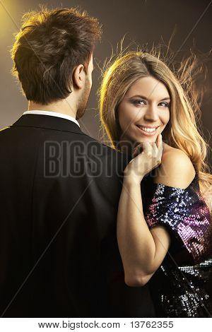 Konzeptionelle Porträt eines jungen Paares in elegante Abendkleider