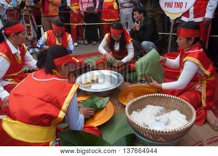 PHU THO, Vietnam, March 10, 2016 people, rural Phu Tho, Vietnam, attended the village, pack cake shoes
