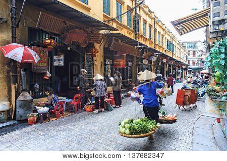 HA NOI, VIET NAM, February 26, 2016 woman, Street vendors, on the street, old town Ha Noi, Vietnam