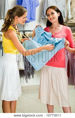 Porträt von zwei Freundinnen, die Diskussion über ein blaues t-shirt