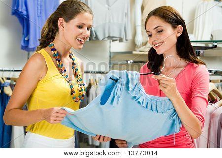 Foto der zwei hübschen Frauen, die Wahl der Kleidung im Speicher