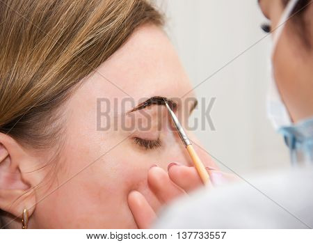 Correction Of Eyebrow Tweezers, Eyebrow Henna Painting, Beautiful Young Girl Beauty Salon