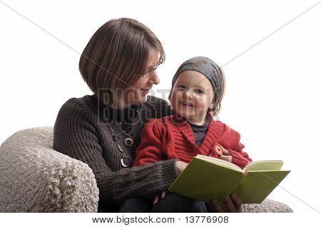 Madre leyendo un cuento a su niña