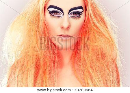 Menina loira bonita com maquiagem olhos de gato em preto e branco