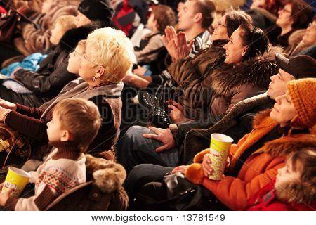 CHELYABINSK - Januar 21: Zuschauer beobachten Delfine Show im Delphinarium Schweinswal Karte Jan Reisen