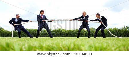 Foto de hombres de negocios que se extiende la cuerda en el estadio