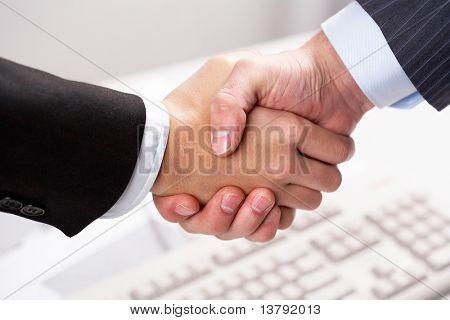 Nahaufnahme von Geschäftspartnern teilen Hände über Tastatur