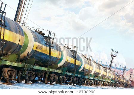 Conjunto de tanques con aceite y combustible de transporte por ferrocarril