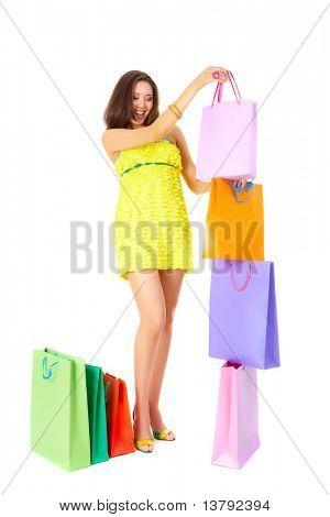 Foto de mulher feliz colocando paperbag laranja no topo da torre da bolsa