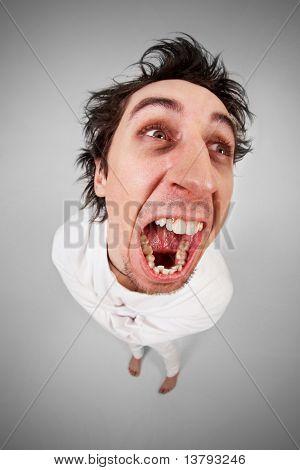 Fisch Auge Schuss schreien verrückt Mann in Zwangsjacke auf grauen Hintergrund