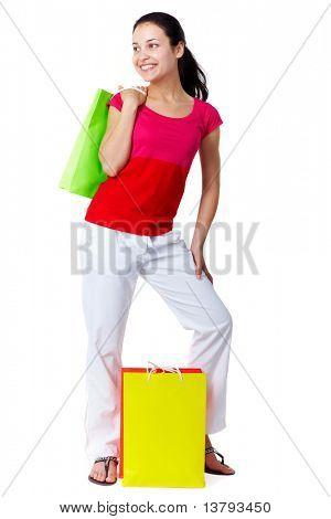 Retrato do cliente muito feminino com paperbags colorido