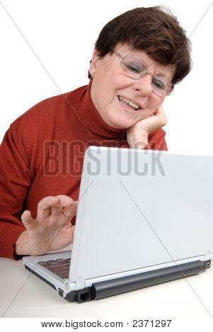 Senior Woman mit einem Notebook