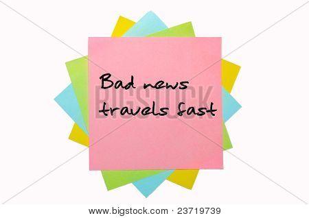"""Provérbio """"Notícia ruim viaja rápido"""" escrito no monte de notas auto-adesivas"""