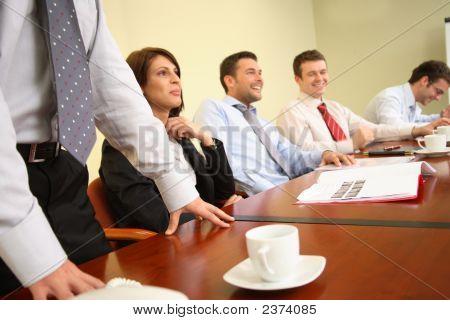 Debate - grupo de personas que se divierten durante la reunión