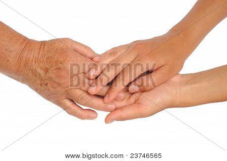 Mãos das mulheres jovens e seniores - ajudando o conceito de mão