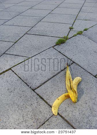 Deslice la cáscara de plátano en el tema de riesgo de pavimento