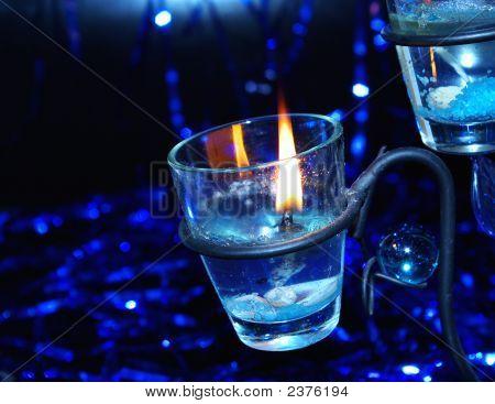 blaue Beleuchtung Kerze in Kerzenhalter