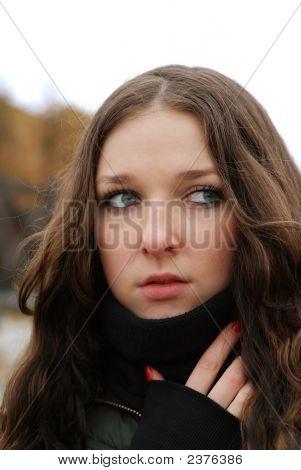 Junge Model mit dunklen Haaren. Fallen. Herbst