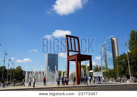 Grupo de turistas en el monumento de la silla rota, Geneve
