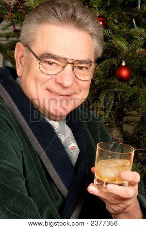 Reifer Mann mit einem Glas Whiskey