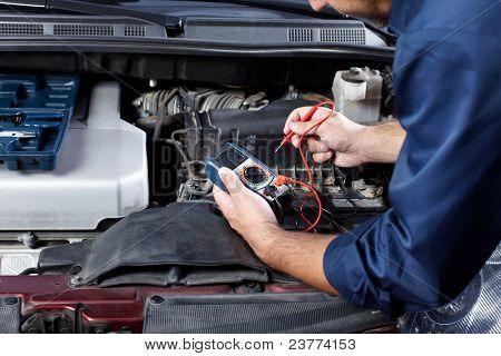 Guapo mecánico trabajando en el taller de reparación de automóviles.
