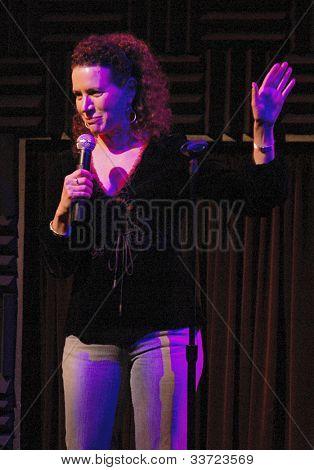 Curb Suzie Essman na seu entusiasmo no Storytelling Heeb, 5 de janeiro de 2006 no Pub de Joe em Manhattan
