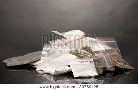 Cocaína y marihuana en paquetes sobre fondo gris