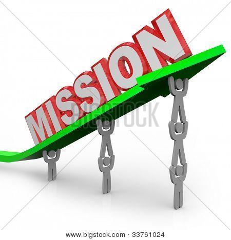 Un equipo de personas levantar la palabra misión en una flecha para simbolizar el esfuerzo en el logro de una meta y