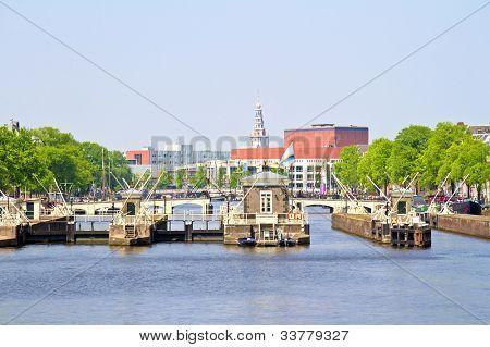 Compuertas en el río Amstel en Amsterdam Países Bajos
