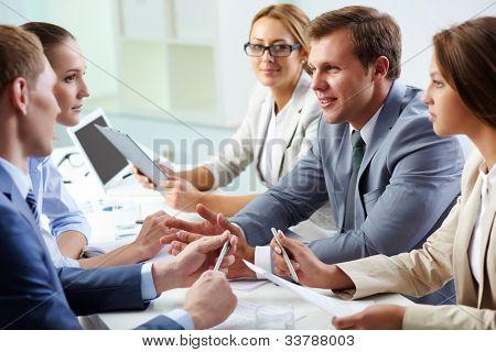 Business Team arbeiten zusammen, um bessere Ergebnisse zu erzielen