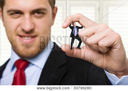 Große Geschäftsmann Zerkleinern kleine