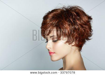 hermosa joven con corte de pelo marrón corto usa lápiz labial Rosa sobre fondo de estudio con copia sp