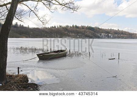 Bote em um lago congelado