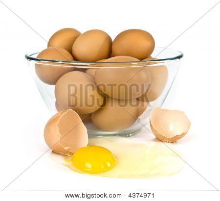 Schüssel mit Eier über white