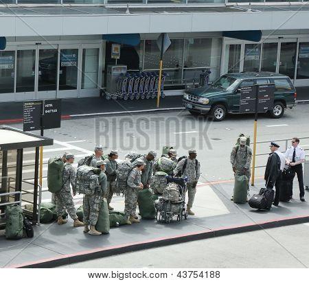 Soldados americanos voltando do direito no Aeroporto de San Francisco