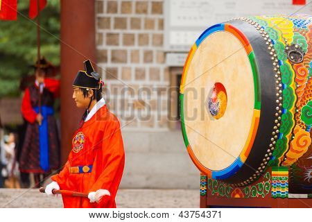 Drummer traditionele grote Drum Deoksugung Palace