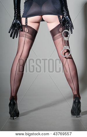 Upskirt, Stilettoed & encorsetado con esposas