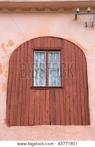 Fachada de edificio con ventana antigua