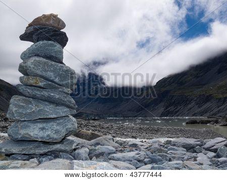 Cairn de rocha no Vale de Hooker perto de Aoraki Mt Cook NZ