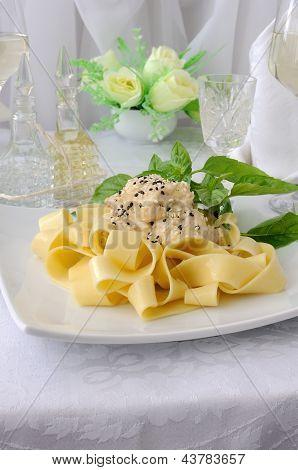 Massa italiana - Pappardelle com filé de frango em molho cremoso