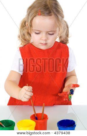 Absorbida por el trabajo de pintor niña