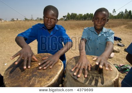 Kinder spielen Schlagzeug