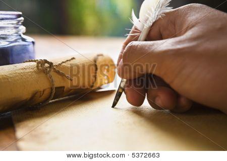 Mano escritura usando pluma