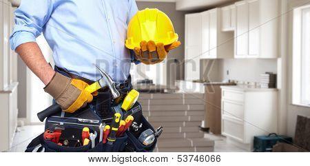 Manitas con un cinturón de herramientas. Servicio de renovación de casa.