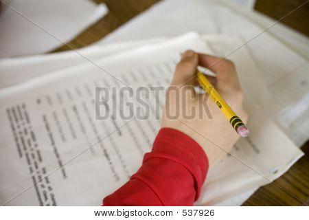 Niño haciendo la tarea de matemáticas