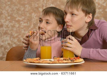 Boys eatning pizza